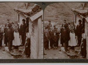 Brud og brudgom med gjester og foreldre i husdøra, Brigsdal (1905-06)