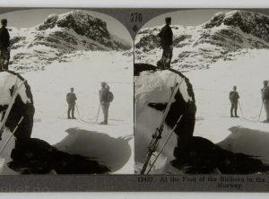 På skitur ved foten av Bitihorn i Jotunheimen (1906)