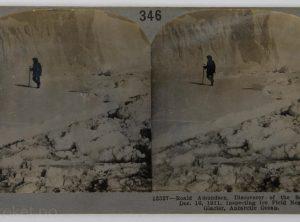 Roald Amundsen inspiserer et isfjell i Antarktis (1911)