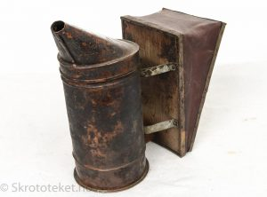 Røykpuster i tre og kobber – Birøkterutstyr fra Honningcentralen