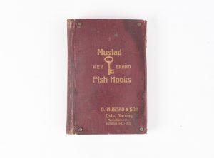 Salgsmappe med fiskekroker – O. Mustad & Sön